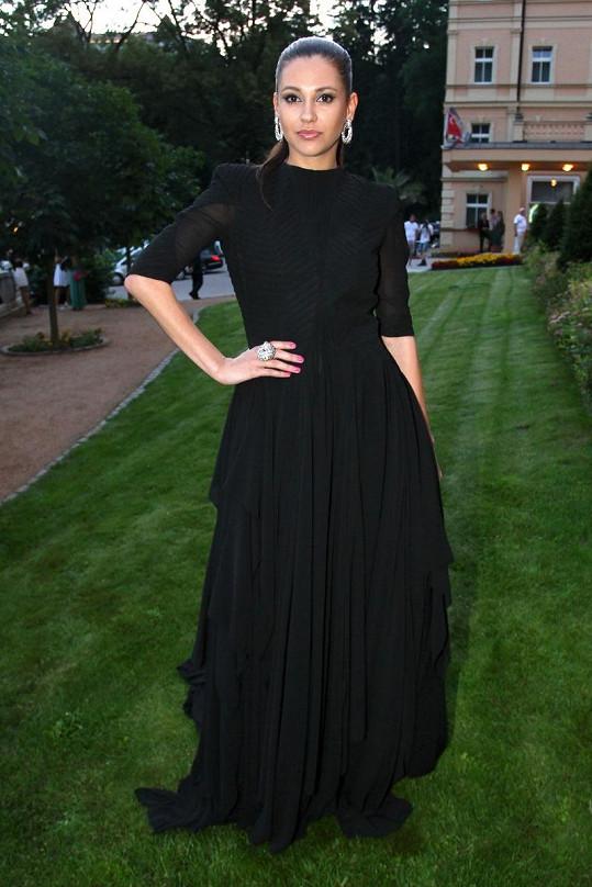Černou róbu cudného střihu od začínající návrhářky Jany Luptákové rozzářila Hana Svobodová rozměrnými šperky Swarovski.