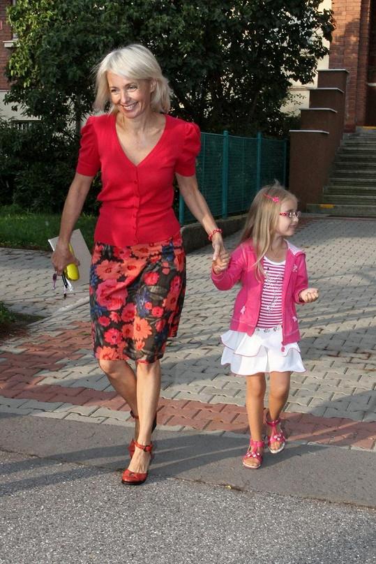 Veronika Žilková se svou dcerkou Kordulkou na cestě do školy.
