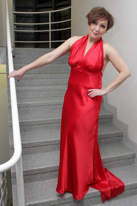Bára Basiková zapózovala v červených saténových šatech.