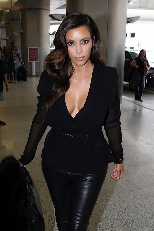 Kim na letišti v Miami nabídla pohled na své přednosti.