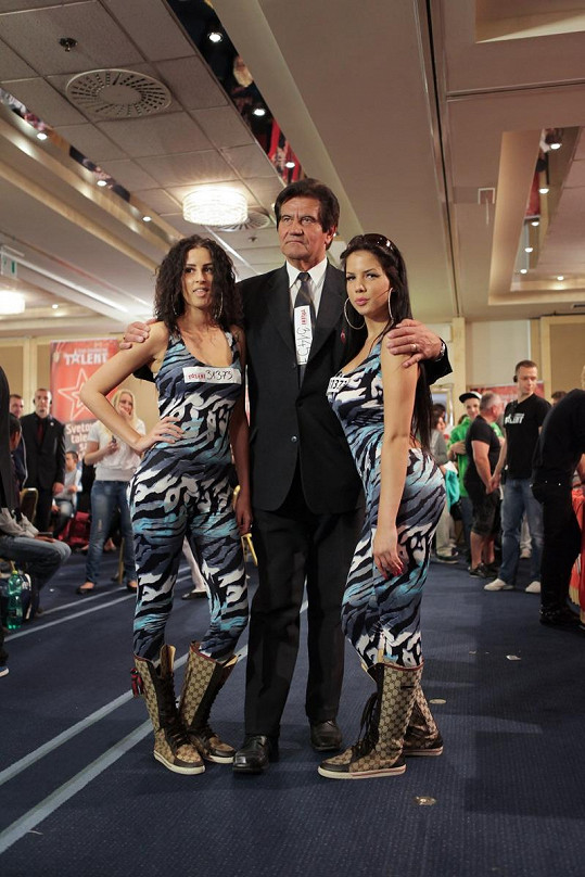 Josef Pátrovič se fotil s krásnými brunetkami.