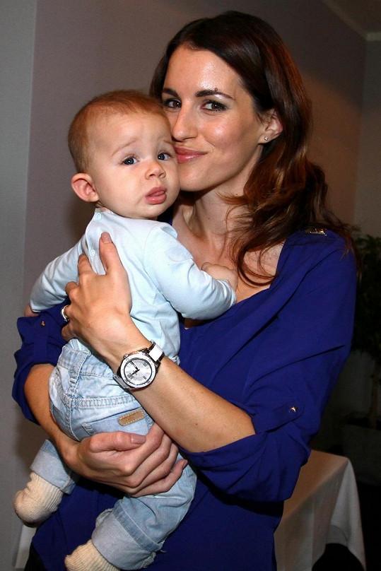 Lucie se nezdráhá vzít si syna ani na tiskovou konferenci.