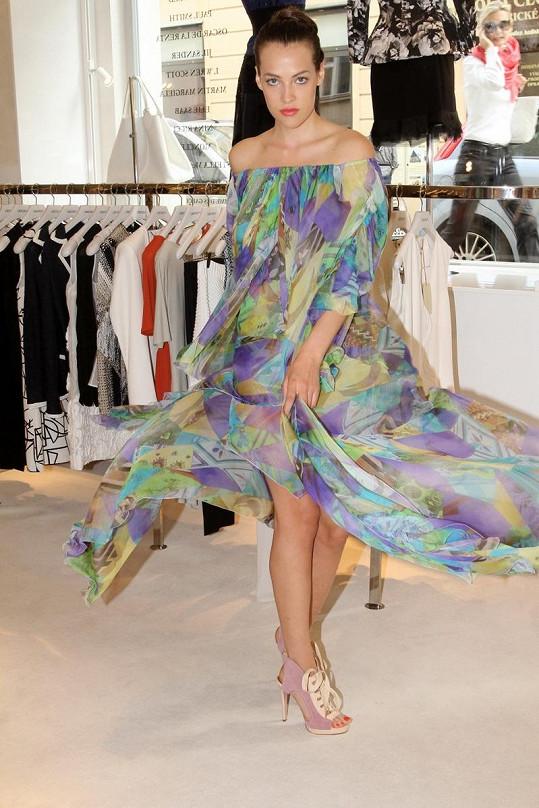 Nebo zvolí Katka tyto nevšedně střižené šaty?