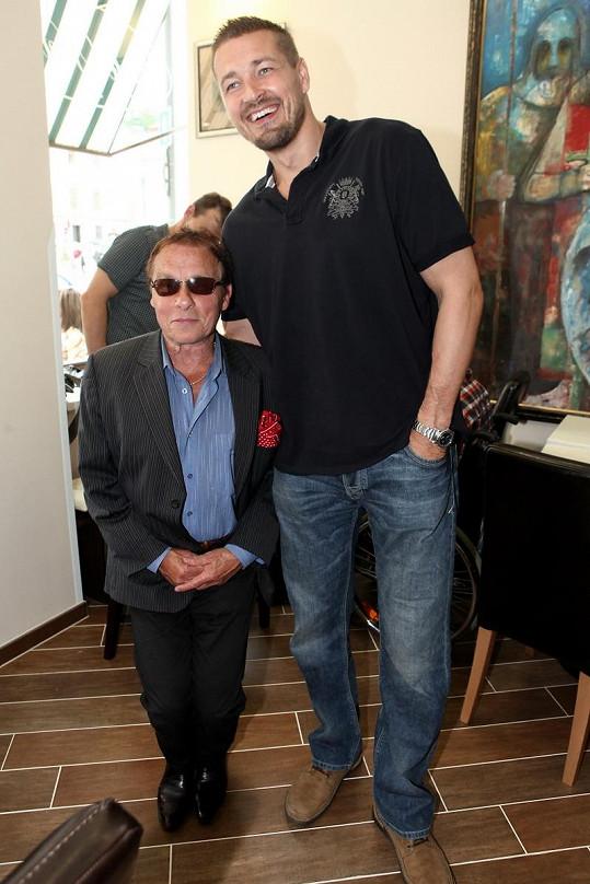 Petr Jákl je zřejmě nejvyšším a celkově největším českým režisérem. Bývalý judista měří 195 cm. Na snímku s Janem Saudkem.