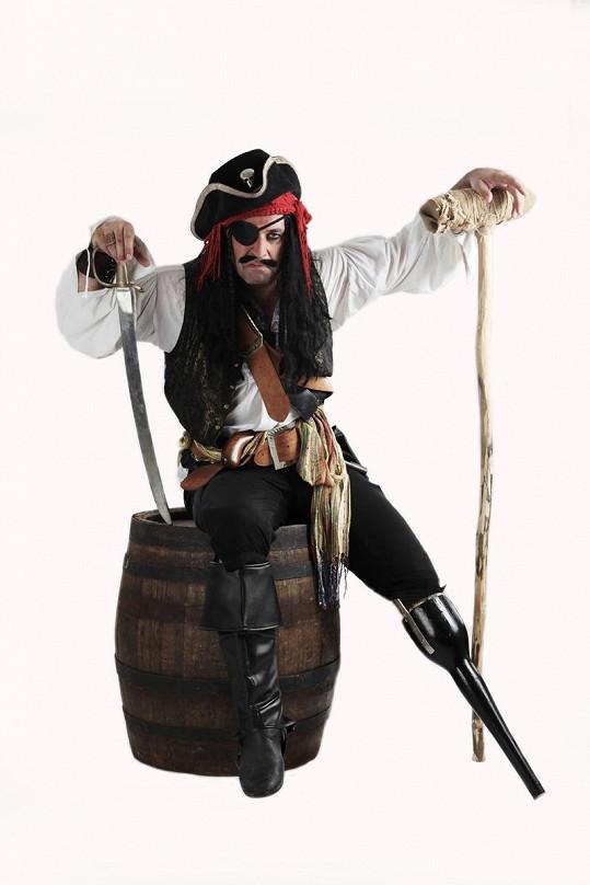 Dejdar jako jednonohý a jednooký pirát.