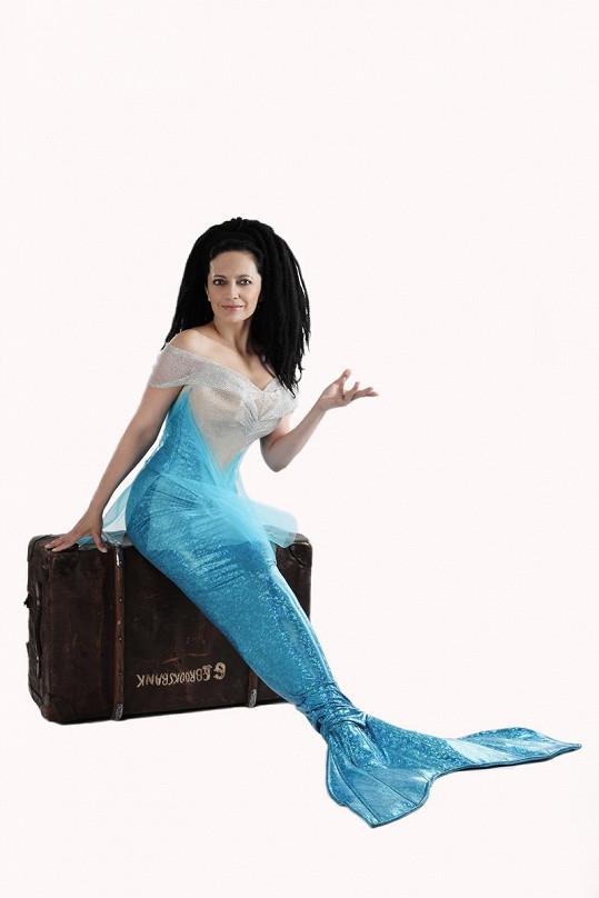 Lucie byla v kostýmu mořské panny spokojená. Nosili ji totiž na rukou.
