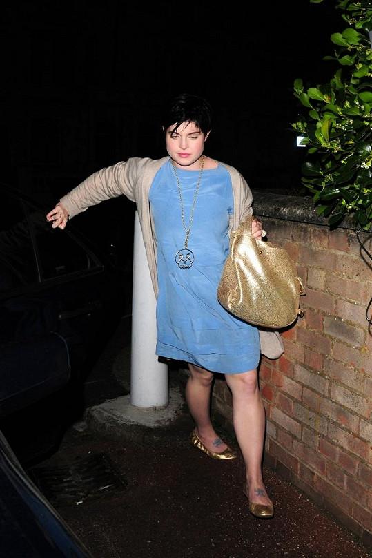 Opilá Kelly odchází z večírku v květnu 2008.