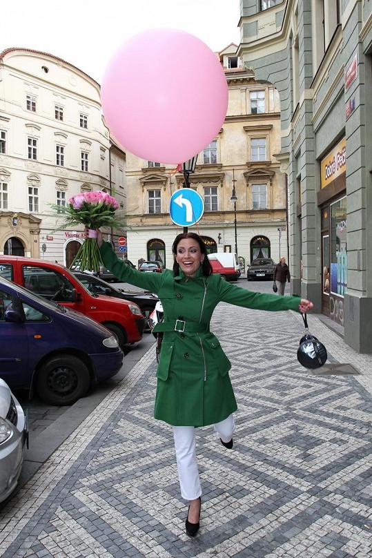 Gábina dováděla na ulici s kytkou a balónkem.