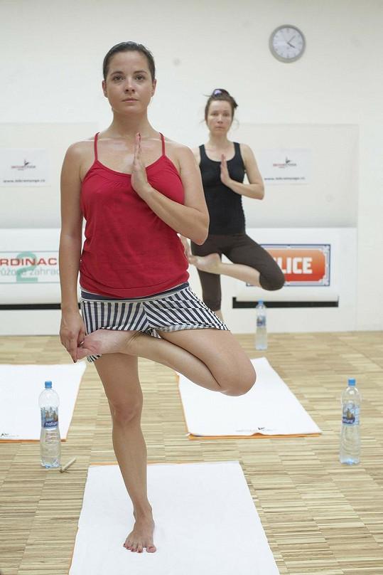 Kristýna cvičí jógu.