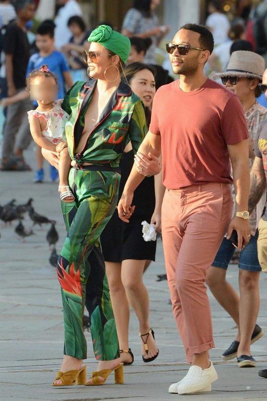 Chrissy s dcerkou Lunou na výletě v Benátkách