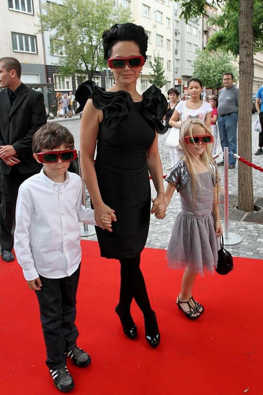 Lucie Bílá na červeném koberci se svými filmovými dětmi v 3D brýlích.