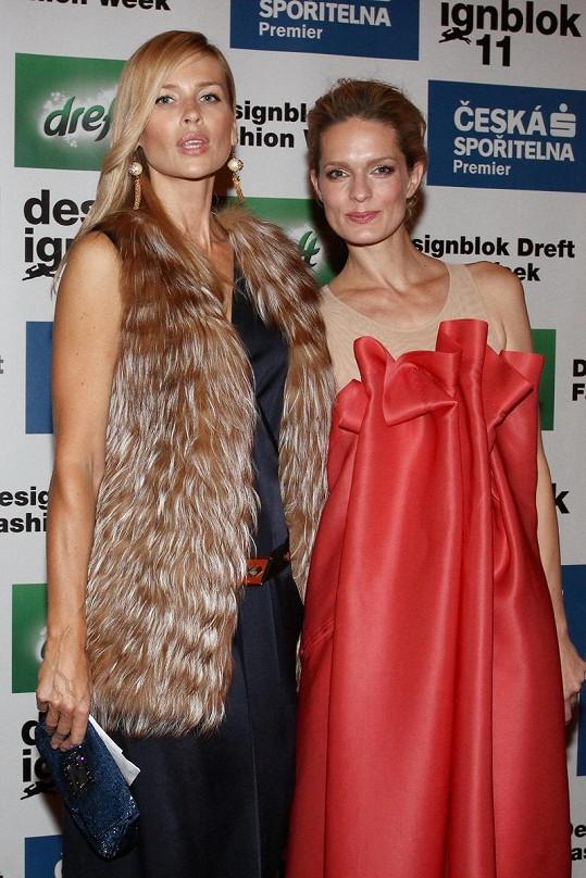 Daniela Peštová a Karolína Bosáková na módní show v Praze.