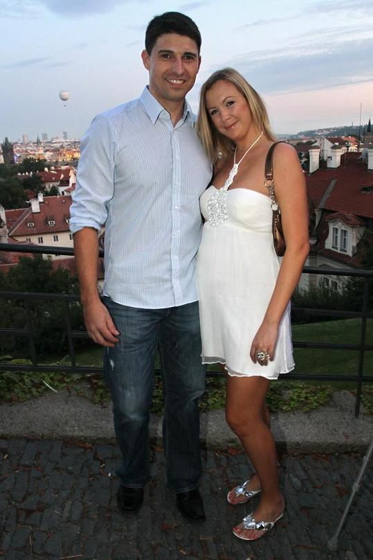 Moderátor Roman Fojta s těhotnou přítekyní Evou.