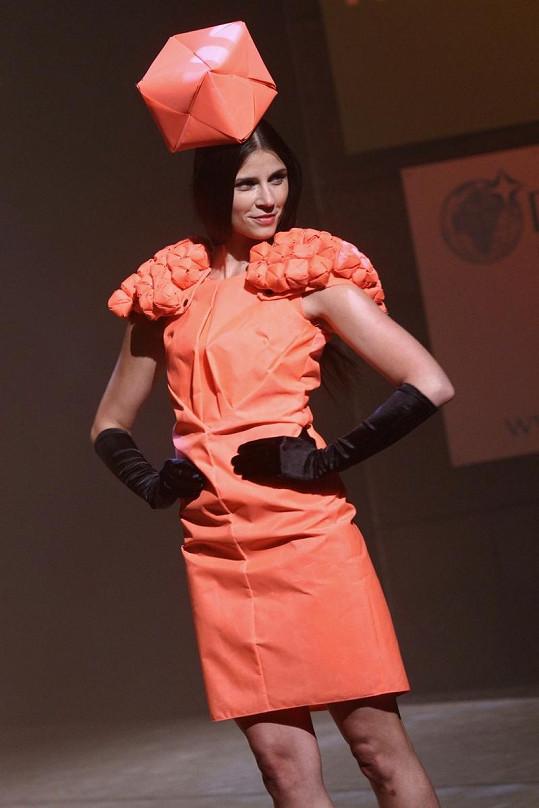 Lilian Sarah Fischerová při extravagantní módní přehlídce.