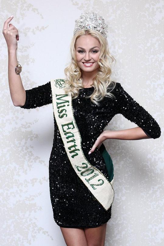 Tereza Fajksová s korunkou a šerpou Miss Earth.