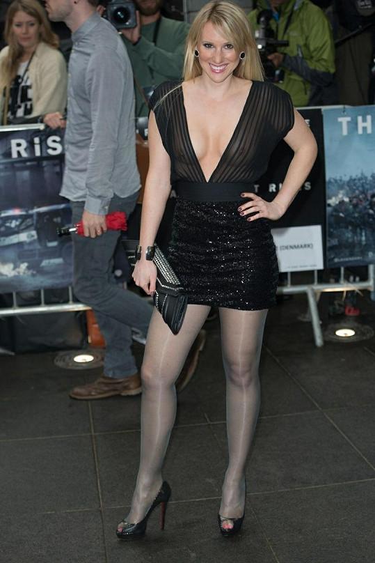 Ne zrovna vkusný model britské herečky vzbuzoval pozornost.