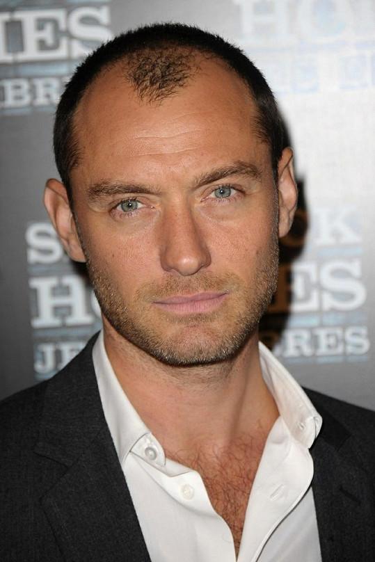 Jude Law na premiéře filmu Sherlock Holmes: Hra stínů.