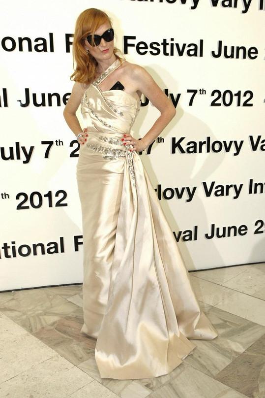 Aňa nebyla šaty Dior nadšená, chyběla jí i kabelka, mobil, musela nosit ve výstřihu.