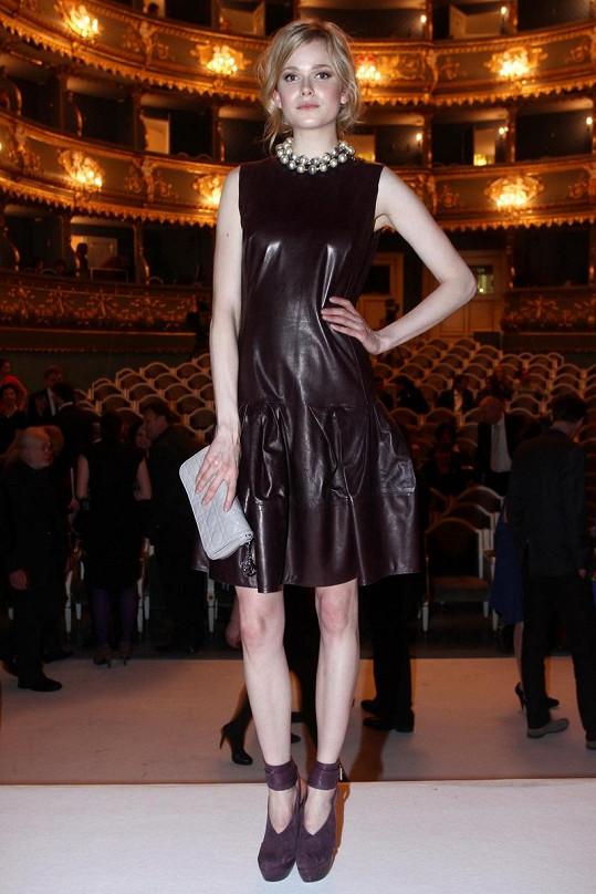 Jedna z nejúspěšnějších českých modelek Karolína Mrozková ze stáje Elite pózuje na pódiu.