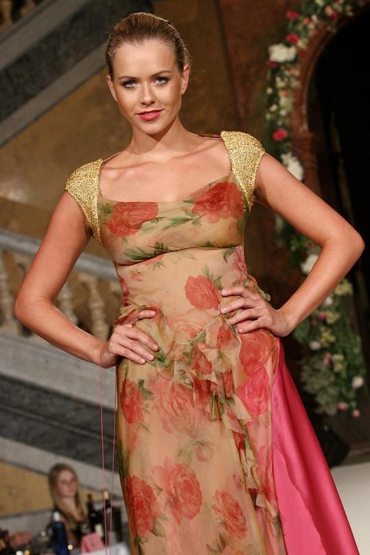 Českou Miss World Veroniku Machovou šaty těsně obepínaly.