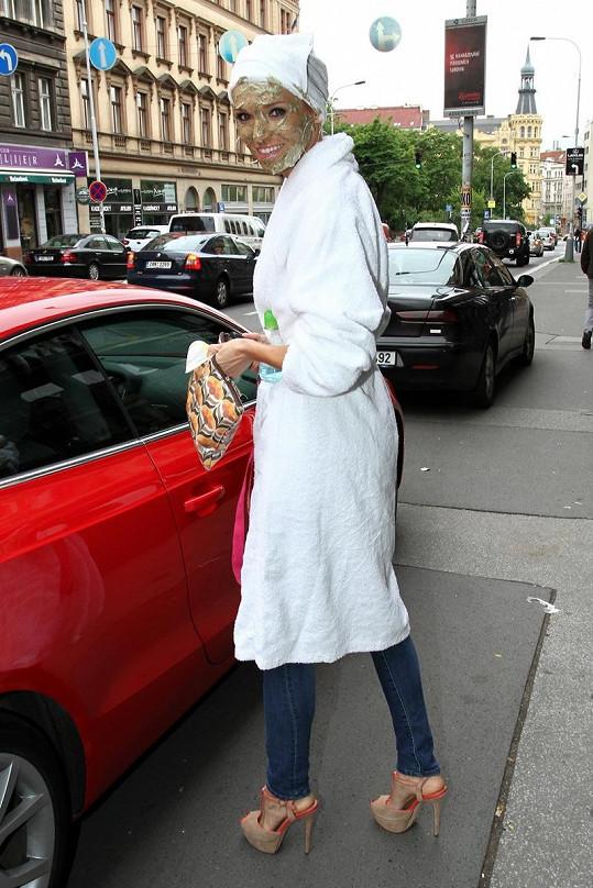 Mašlíková si s peelingem došla až k autu zaparkovaném na rušné Žitné ulici.
