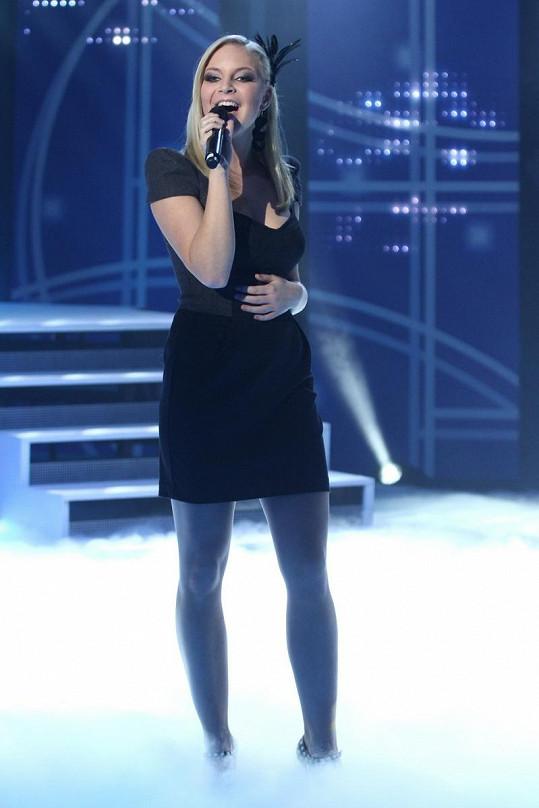 Sotva dostala občanku, už stála na velkém pódiu.