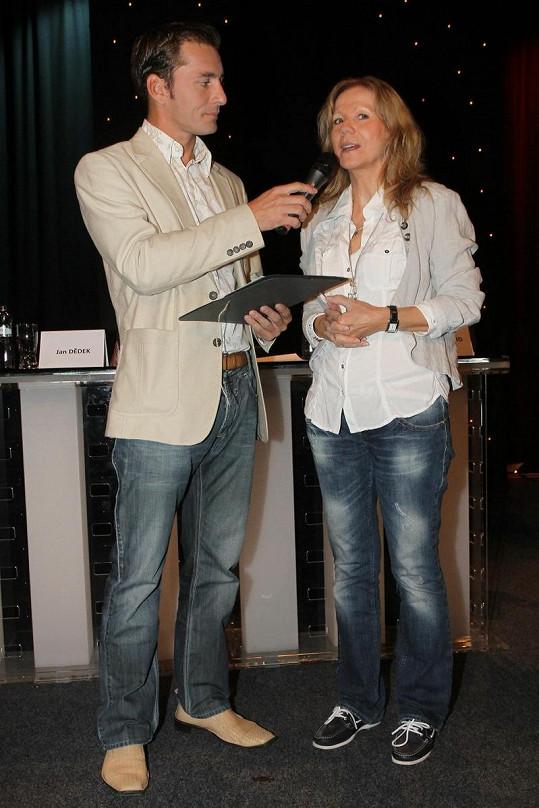 Lenka s moderátorem Petrem Vondráčkem.