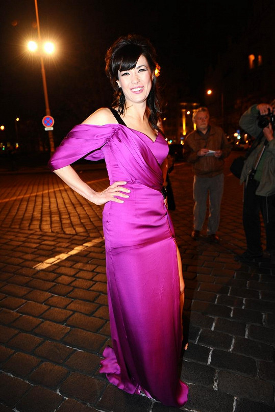 Tereza Kostková v krásných růžových šatech moderovala TýTý.