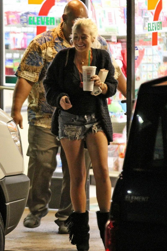 Známá rebelka odchází z obchodu na Havaji.