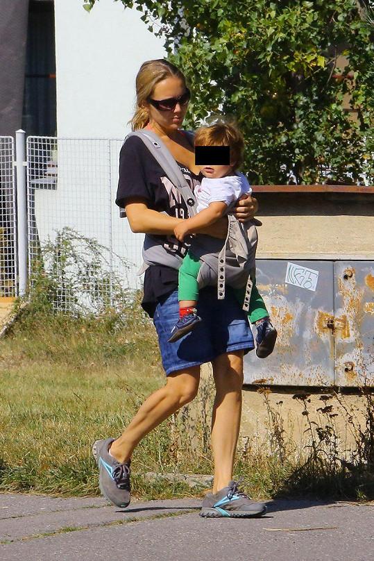 Lucie Vondráčková vyrazila se synem do parku.