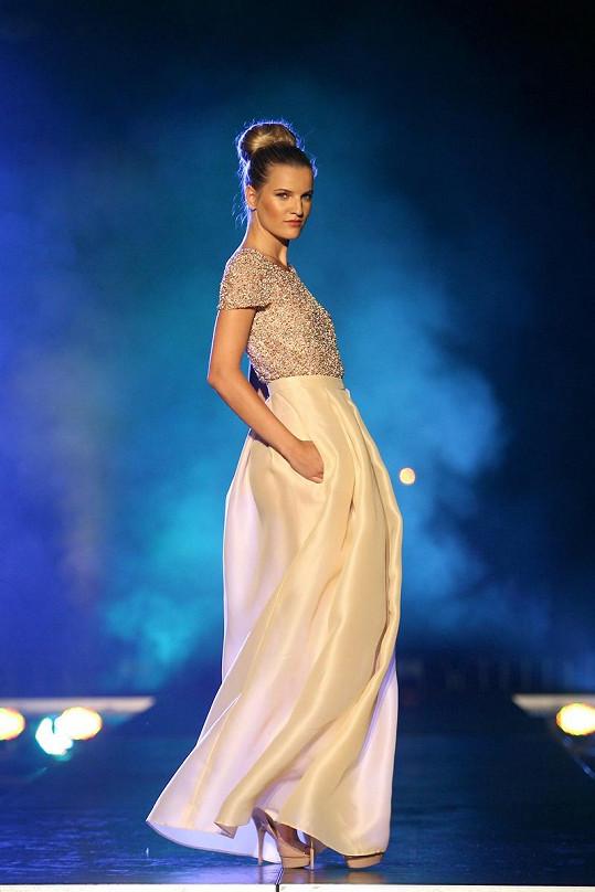 Veronika oblékla šaty během autorské přehlídky Beaty Rajské.