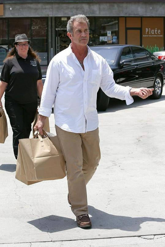 Mel Gibson jde z nákupu.
