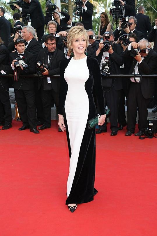 Jane Fonda v šatech s černobílou hrou siluet od Stelly McCartney.