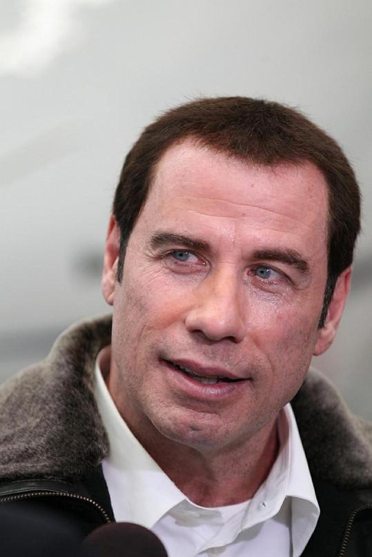 Travolta na blížící se šedesátku rozhodně nevypadá.