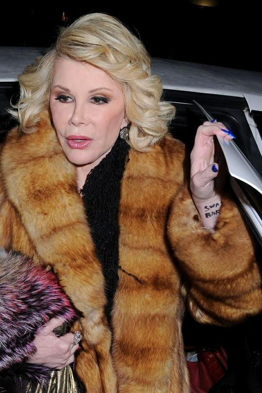 Upravená Joan na 78 let rozhodně nevypadá.