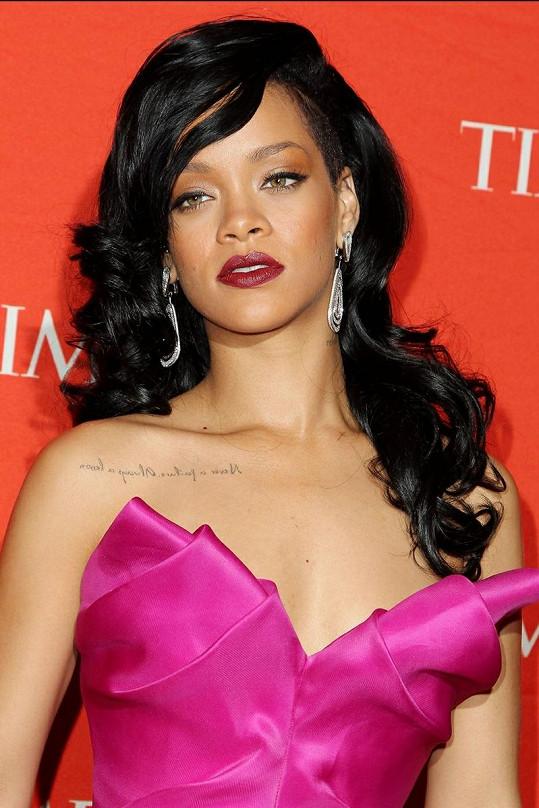 Úchvatná zpěvačka v modelu, který bychom na ní nečekali.