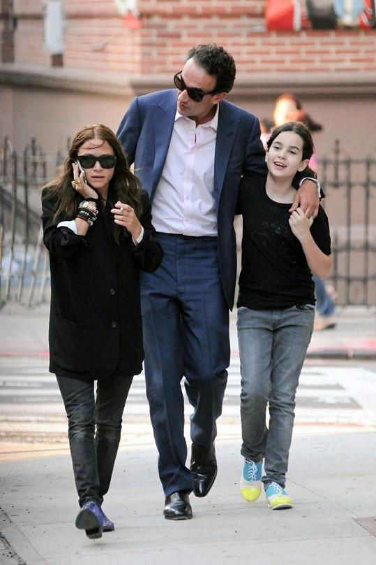 Mary-Kate Olsen (vlevo) s Oliverem Sarkozym a jeho dcerou.