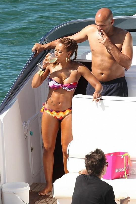 Mel B i její manžel Stephen holdují kouření a popíjení vína.