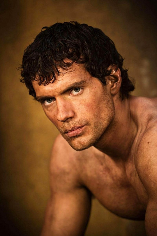 Henry jako Theseus ve filmu Válka bohů.