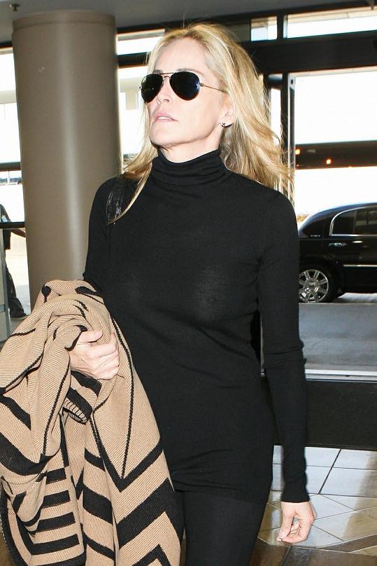 Sharon na letišti v Los Angeles.