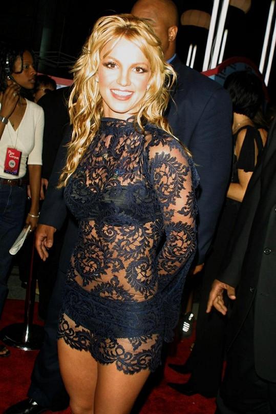 Britney Spears v podobných šatech v roce 2001 na předávání cen MTV Video Music Awards.