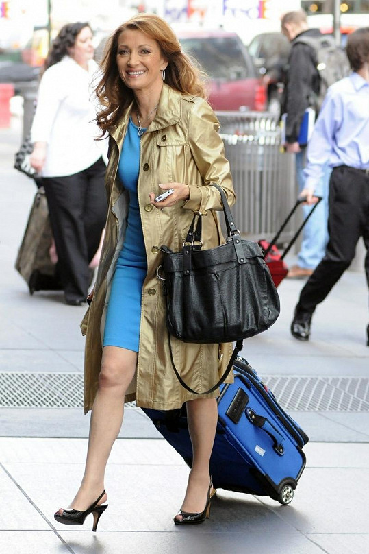 Jane Seymour při cestě do svého hotelu.