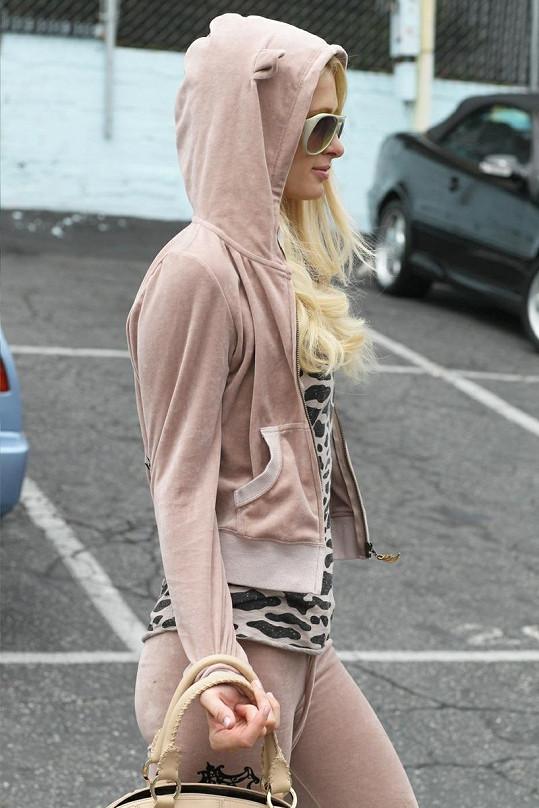 Paris Hilton v luxusní teplákové soupravě vlastní značky.