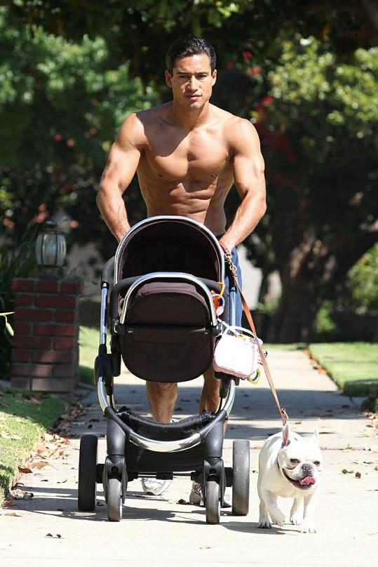 Vzorný tatínek Mario vyrazil na procházku s dcerkou a pejskem.