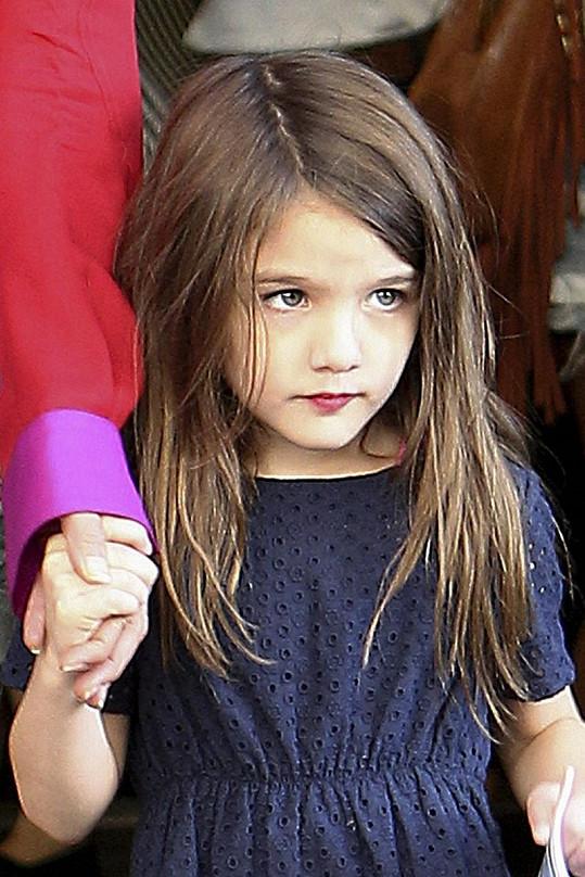 Malá Suri je opravdu roztomilá, výrazná rtěnka její dětskou tvář však spíš hyzdí.