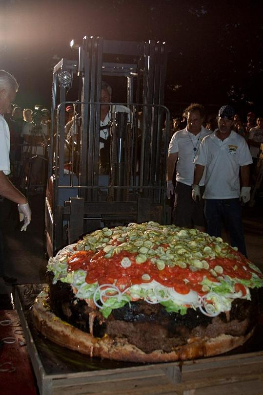 Rekordní hamburger přemisťoval vysokozdvižný vozík na paletě.