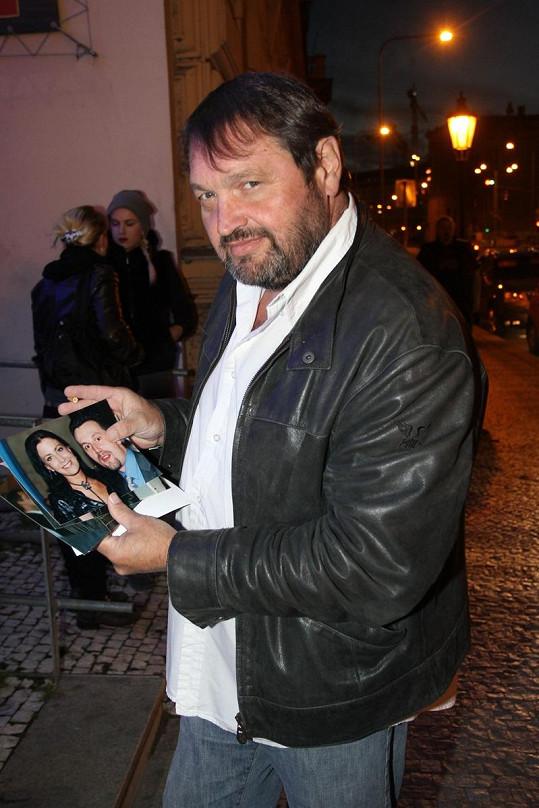 Josef Kokta si prohlížel fotky své manželky Gábiny.