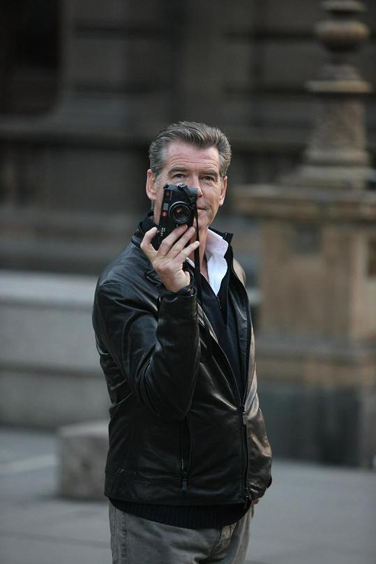 Pierce Brosnan si roli fotografa užíval.