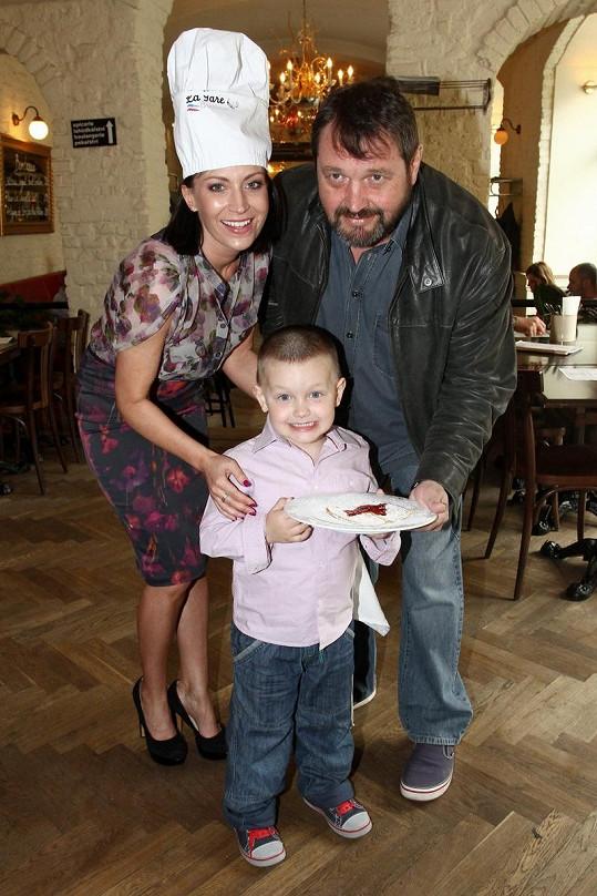 Gábina Partyšová s manželem Pepou Koktou a synem Kristiánem na dětské párty.