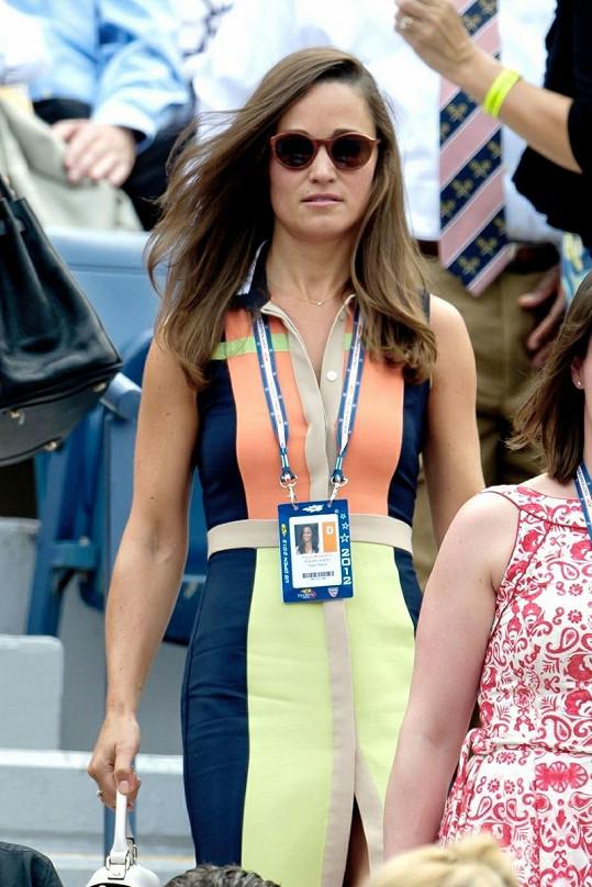 Tenisová fanynka Pippa v Queensu.